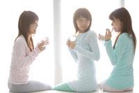 水を飲む20代女性3人