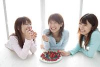 イチゴを食べる20代女性3人