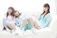 ソファに座る日本人20代女性3人 30018000025| 写真素材・ストックフォト・画像・イラスト素材|アマナイメージズ