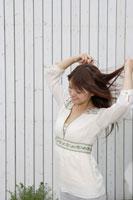 髪をかきあげる日本人20代女性