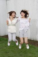ジャンプする日本人20代女性2人