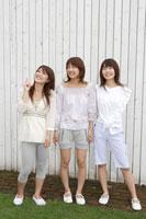 日本人20代女性3人 30018000034B| 写真素材・ストックフォト・画像・イラスト素材|アマナイメージズ