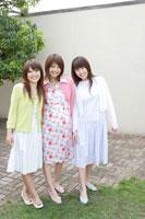日本人20代女性3人 30018000040| 写真素材・ストックフォト・画像・イラスト素材|アマナイメージズ