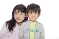 小学生の姉と幼い弟 30018000068| 写真素材・ストックフォト・画像・イラスト素材|アマナイメージズ