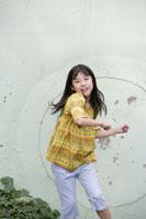 ダンスを踊る小学生の女の子