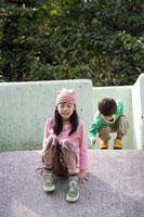 すべり台で遊ぶ弟と姉