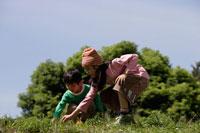 野原で遊ぶ姉と弟