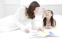 絵本を読むお母さんと女の子