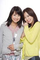 腕を組む日本人20代女性2人
