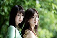 寄り添う20代女性2人 30018000196A| 写真素材・ストックフォト・画像・イラスト素材|アマナイメージズ