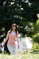 公園を歩く20代女性