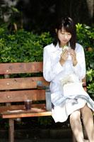 公園でランチを食べる女性