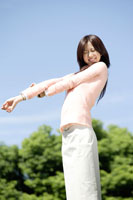 伸びをする日本人20代女性