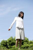 公園にいる日本人20代女性