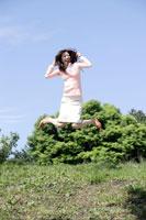 ジャンプする日本人20代女性