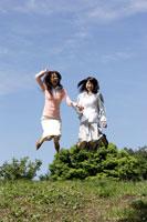 ジャンプする日本人20代女性2人 30018000229| 写真素材・ストックフォト・画像・イラスト素材|アマナイメージズ