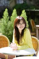 カフェでコーヒーを飲む20代女性 30018000242| 写真素材・ストックフォト・画像・イラスト素材|アマナイメージズ
