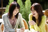 カフェにいる20代女性2人