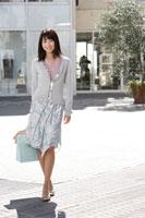 日本人の20代女性 30018000266B| 写真素材・ストックフォト・画像・イラスト素材|アマナイメージズ