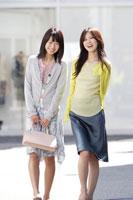 ショッピングをする20代女性2人