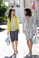 ショッピングをする20代女性2人 30018000270C| 写真素材・ストックフォト・画像・イラスト素材|アマナイメージズ