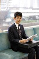 電車で新聞を読むサラリーマン