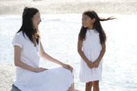 海辺の女性と女の子