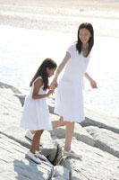 岩場を歩く女性と女の子