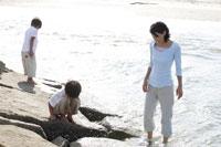 岩場で遊ぶ親子