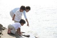 岩場で遊ぶ親子 30018000398| 写真素材・ストックフォト・画像・イラスト素材|アマナイメージズ
