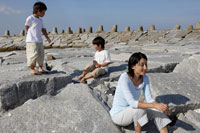 防波堤で腰掛ける親子