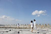 防波堤で遊ぶ親子