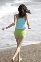 浜辺を走る女性の後姿