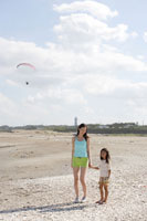 浜辺に立つ女性と女の子