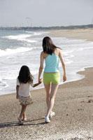 波打ち際の女性と女の子 30018000410| 写真素材・ストックフォト・画像・イラスト素材|アマナイメージズ