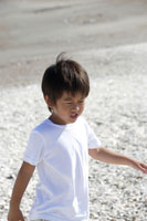 浜辺を歩く男の子