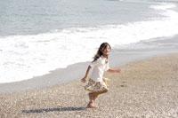 波打ち際を走る女の子