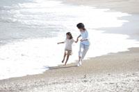 波打ち際を走る親子