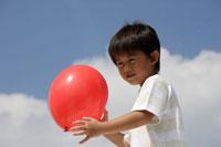 赤い風船を持った男の子