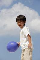 青い風船を持った男の子