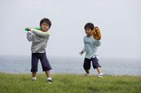 野原で野球をする双子の男の子 30018000449| 写真素材・ストックフォト・画像・イラスト素材|アマナイメージズ