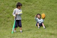 野原で野球をする双子の男の子 30018000450| 写真素材・ストックフォト・画像・イラスト素材|アマナイメージズ