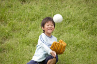キャッチボールをする男の子