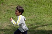 野原を走る男の子