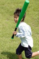 バットを持って走る男の子