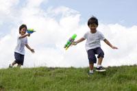 水鉄砲で遊ぶ双子の男の子 30018000478| 写真素材・ストックフォト・画像・イラスト素材|アマナイメージズ