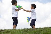 水鉄砲で遊ぶ双子の男の子 30018000481B| 写真素材・ストックフォト・画像・イラスト素材|アマナイメージズ