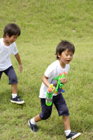 水鉄砲で遊ぶ双子の男の子 30018000500| 写真素材・ストックフォト・画像・イラスト素材|アマナイメージズ