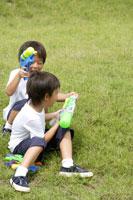 水鉄砲で遊ぶ双子の男の子 30018000501| 写真素材・ストックフォト・画像・イラスト素材|アマナイメージズ