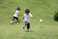 野原でサッカーをする男の子 30018000512| 写真素材・ストックフォト・画像・イラスト素材|アマナイメージズ